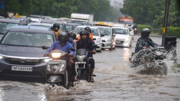 Delhi Orange Alert: दिल्ली-NCR में रात से हो रही है तेज बारिश, 2011 के बाद पहली बार हुई इतनी वर्षा