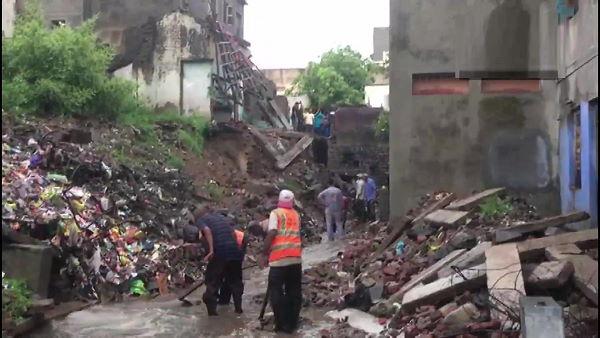 गुजरात: राजकोट में भारी बारिश के बाद आई बाढ़, शहर में घुसा पानी, एयरलिफ्ट कर बचाए जा रहे लोग