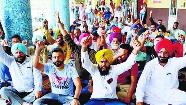 पंजाब: रोडवेज़ कर्मियों की हड़ताल जारी, नोटिस जारी होने के बावजूद काम पर नहीं लौटे कर्मचारी