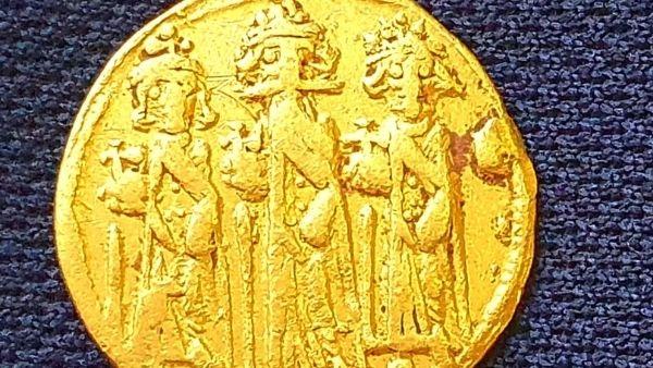 इजरायल में खुदाई के दौरान मिला दुर्लभ खजाना, सोने का सिक्का उठाएगा ऐतिहासिक रहस्य से पर्दा