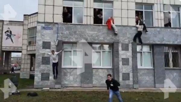 Video: रूसी विश्वविद्यालय में ताबड़तोड़ फायरिंग, जान बचाने छात्रों ने लगाई खिड़कियों से छलांग, 8 की मौत
