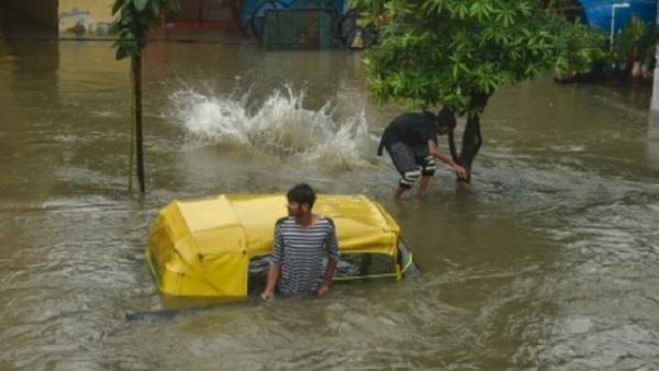 Weather: मूसलाधार बारिश से बेहाल कोलकाता, बीते 13 सालों में नहीं हुई इतनी बरसात, कई राज्यों में Alert जारी