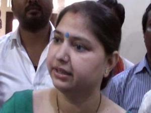 बीजेपी सांसद ने पुलिस अधिकारी को दिखाई सत्ता की गर्मी, कहा- जिंदा खाल उतार लूंगी