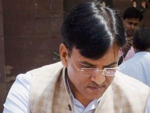 मोदी के मंत्री पर गुजरात में उछला जूता, 1 गिरफ्तार
