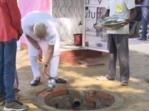 PICs: मंच से जिस शौचालय को बनाने की बात करते रहे मोदी, देखिए वो तस्वीरें