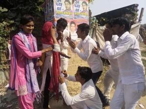 छात्रसंघ चुनाव में जीत के लिए पैरों में गिरे छात्रनेता, क्या यही हैं आने वाले नेता?