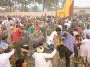 PICs: सीएम की जनसभा में भागने लगे लोग, गिरने लगी कुर्सियां
