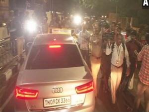 चेन्नई: शशिकला के ठिकानों पर फिर से आयकर विभाग की छापेमारी, समर्थकों का विरोध