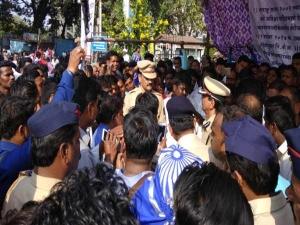 Bhima Koregaon: पुणे, मुंबई समेत 13 शहरों में की गई तोड़फोड़, आज बंद
