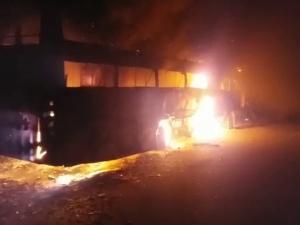 VIDEO: घने कोहरे में पलटी बस, आग लगने पर कूदने लगीं सवारियां