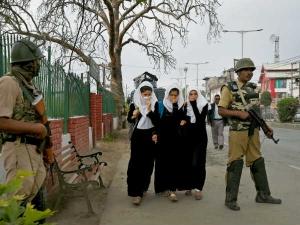 जम्मू कश्मीर घाटी में छात्रों का ध्यान भटकाते हैं कोचिंग सेंटर्स, इसलिए तीन माह तक रहेंगे बंद