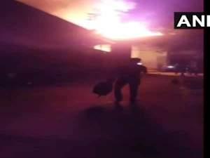 गुजरात: फिल्म स्टूडियो में भयंकर आग,मौके पर दमकल की गाडि़यां