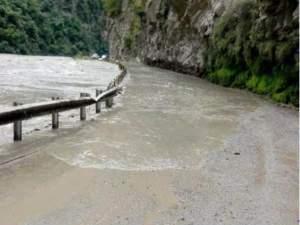 हिमाचल प्रदेश: कुल्लू में भारी बारिश से बाढ़ जैसे हालात