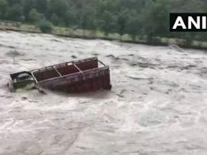 हिमाचल प्रदेश: बाढ़ इस कदर की बह गए बस-ट्रक, देखिए VIDEO
