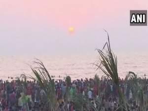 देशभर में छठ महापर्व की धूम, डूबते सूर्य को दिया गया अर्घ्य