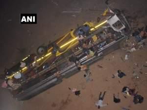 कटक हादसे में 12 यात्रियों की मौत, रेस्क्यू ऑपरेशन जारी