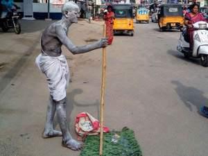 गांधी के अंदाज में सड़क पर घूमता था बुजुर्ग, हुआ दर्दन हादसा