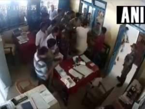 त्रिपुरा कांग्रेस अध्यक्ष ने थाने में शख्स को जड़ा थप्पड़