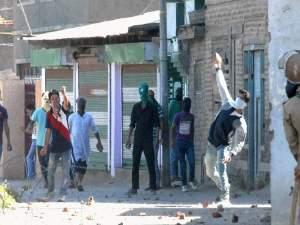मतदान के दौरान पत्थरबाजी, पुलिस और सुरक्षाबलों के जवान घायल