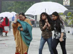 दिल्ली एनसीआर में बारिश, बोर्ड परीक्षार्थी परेशान