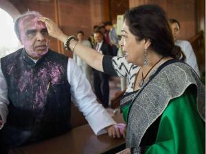 गुलाल के साथ संसद पहुंचें सांसद,स्पीकर ने कहा Get out