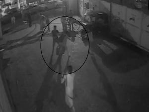 VIDEO: लड़की ने किया छेड़छाड़ का विरोध तो उसके साथ की मारपीट