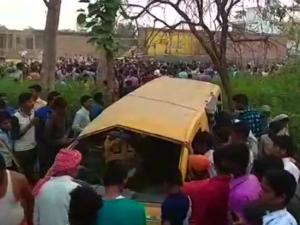 यूपी के कुशीनगर में दर्दनाक हादसा, ट्रेन और स्कूल वैन की टक्कर में 13 बच्चों की मौत