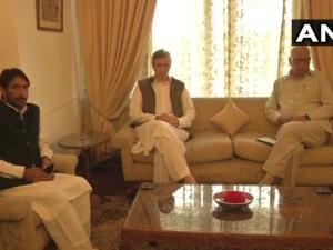 कश्मीर: राज्यपाल की सर्वदलीय बैठक में पहुंचे उमर अब्दुल्ला, सत शर्मा, मीर
