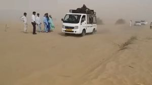 राजस्थान के जैसलमेर-बाड़मेर में सड़कें बनीं रेत के टीले
