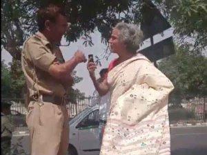 VIDEO: महिला ने पुलिसवाले से कहा 'तेरी औकात दिखाऊं तुझे'