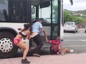 VIDEO: सड़क पर रोड रेज, गुत्थमगुत्था में लड़की ने उतारी पैंट