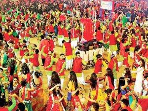 एशिया के सबसे बड़े गरबा स्थल पर 7000 लोगों ने रचाया रास