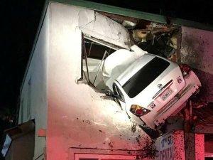 OMG! हादसे के बाद हवा में उछलकर दूसरी मंजिल में जा घुसी कार