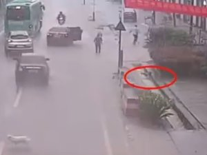 VIDEO: बहाव में बह रहे लड़के को लोगों ने यूं बचाया