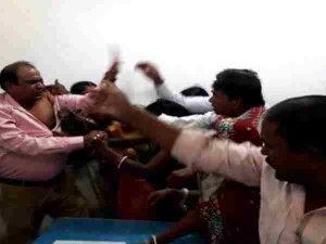 बिहार: ऑफिस में घुसकर लोगों ने BDO को पीटा, फाड़ डाली शर्ट