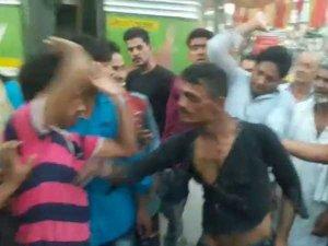 VIDEO: पर्स छीनकर भार रहे चोर को पकड़कर लोगों ने पीटा