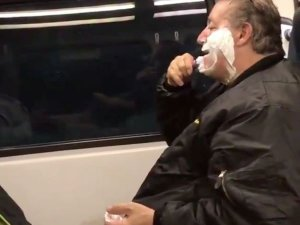 ट्रेन में शेविंग करने वाले का उड़ाया मजाक,हकीकत निकली कुछ और