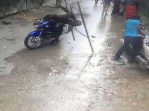 VIDEO: बाइक सवार पर गिरा लोहे का फ्रेम, मरते-मरते बचा