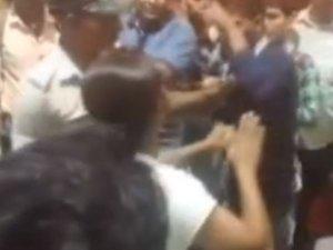 सादे कपड़ों में खड़ी पुलिसकर्मी को मनचलों ने छेड़ा, फिर...