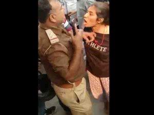 यूपी: छात्रा ने दरोगा का कॉलर पकड़कर बीच सड़क पर मारा तमाचा