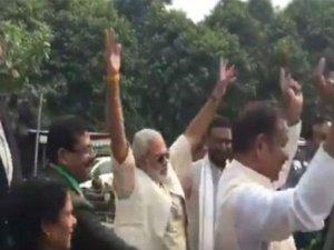 Video: कांग्रेस की जीत के जश्न में जमकर नाचे 'नरेंद्र मोदी'