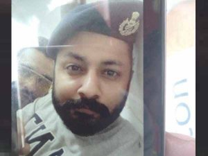 गुजरात: थाने में शराबी ने पुलिस की टोपी पहन खींची सेल्फी