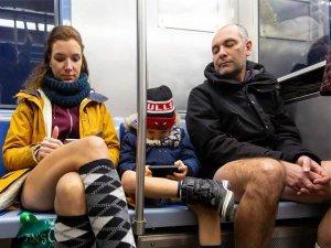 बिना पैंट पहने मेट्रो के अंदर पहुंची महिला, क्या है मामला?