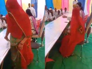 कांग्रेस MLA ने महिला सरपंच से कहा-जमीन पर बैठो, VIDEO वायरल