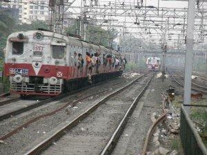 ट्रेन में गेट पर खड़े किशोर का सिर खंभे से टकराया, मौत