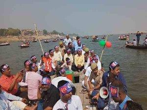 मतदाताओं को जागरुक करने गंगा में उतारी 500 नाव
