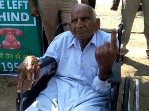 38 साल निर्विरोध प्रधान रहे 107 साल के बुजुर्ग ने डाला वोट