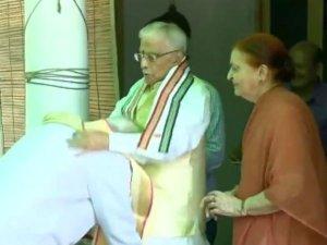 जब PM ने आडवाणी और जोशी क पैर छुए, कुछ इस तरह हुआ स्वागत