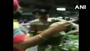 VIDEO: मुखर्जी नगर में भीड़ ने दिल्ली पुलिस के ACP को पीटा