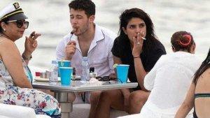 पति निक और मां के साथ सिगरेट का कश लगाती दिखीं प्रियंका